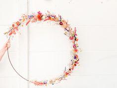 Vrolijke bonte en grote krans van droogbloemen. #wreaths #driedflowers #flowers #bloemen Dried Flowers, Nursery Ideas, Showers, Hoop, Wallpapers, Wreaths, Diy, Decor, Dry Flowers