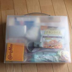 【B4ファイルBoxで賞味期限を気にしなくてよい防災備蓄】 ケースの中身は ・500mlの水 3本 ・インスタントご飯 ・缶詰のおかず ・ふりかけ ・キャンディ など…。 メモ用紙やタオル、防災用ブラケットも一緒にあると便利ですね。
