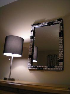 El marco de teclas acentúa la estética de un espejo. / Foto: lasmanualidades.imujer.com/7436/12-ideas-para-reciclar-el-teclado-de-tu-ordenador