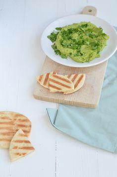 Zelf hummus maken is echt niet moeilijk, dit recept voor peterselie hummus is superlekker en makkelijk.