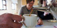 Katajassa kahvit juodaan aina yhdessä asukkaiden kanssa. Niinkuin kotona aina on tapana tehdä. Stove, Coffee Maker, Kitchen Appliances, Tableware, Cooking Tools, Coffee Percolator, Dinnerware, Range, Coffee Maker Machine