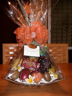 Fruit basket gift wrapping 49 Ideas for 2019 Fruit Flower Basket, Fruits Basket, Gift Hampers, Gift Baskets, Birthday Wine Glasses, Food Bouquet, Fruit Creations, Fruit Packaging, Fruit Gifts