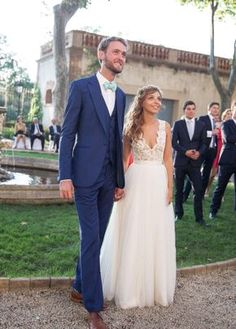 Belle et jolie mariée ...  Robe de mariée sur-mesure ... Volume maitrisé ! Belle dentelle!!  Robe de Fabienne Alagama