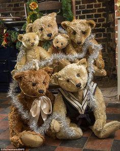 """Старейший медведь в своей коллекции """"стержень"""" медведь из 1904 Это первый медведей Тедди сделал и не может продать за более чем £ 4500"""