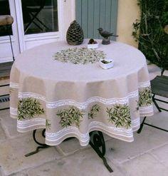 Frans afneembaar tuintafelkleed met Olijven, in taupe.  www.bellebien.nl tablecloth