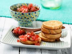 Bruschetta with Tomato and Basil : The key to bruschetta's signature crunchy texture is to char the baguette slices under the broiler or on the grill. Rachael rubs the toasts with garlic before piling on the fresh tomato-basil topping. via Food Network Rachel Ray, Healthy Appetizers, Appetizer Recipes, Healthy Meals, Healthy Food, Paleo Food, Veggie Food, Easy Meals, Healthy Recipes