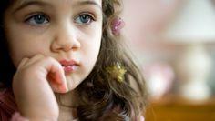 petite fille concentrée