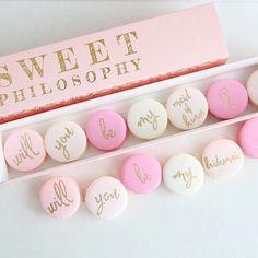 """💝 Na hora do presente para as madrinhas, que tal esta caixa de macarons como acompanhamento ao cartão da """"pergunta-surpresa"""", se aceitariam ser suas madrinhas?! Garantimos que elas não hesitarão em aceitar, tanto os macarons quanto a missão! 😋 Quitutes fofos e lindos como esses são uma ótima (e deliciosa) ideia para presentes especiais. Aposte na ideia! 💕 {via @sweet.philosophy Instagram} #presentemadrinha #presente #madrinha #macarons #quitutes #delicia #missaomadrinha #bridesmaidgift…"""