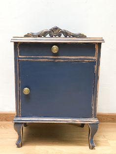 75 euros. Mesita vintage que data del año 1965 (cuño en cajón) la cual hemos restaurado para cambiar su esencia, todo el material original. #mesita #vintage #azul#dorado #mesitadenoche #reciclado #antiguo #decoración #habitación