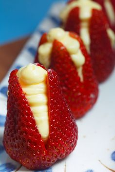 Strawberries Filled with ready-made cheesecake filling, delicious and easy when you need to bring something to a party. or just yummy snack! Just Desserts, Delicious Desserts, Dessert Recipes, Quick Dessert, Bite Size Desserts, Fruit Recipes, Spring Desserts, Fruit Dessert, Mini Desserts