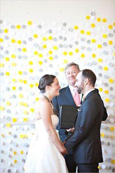 A legegyszerűbb dekoráció szintén elkészíthető manufaktúrában a barátnőkkel: színes papírkorongok zsinórra felfűzve.