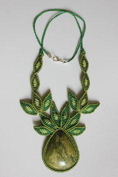 Collar verde de hojas con piedra verde