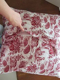 thom haus handmade: Tutorial: Simple No-Zip Cushion Covers Making Cushion Covers, Handmade Cushion Covers, Handmade Cushions, Cushion Cover Pattern, Cushion Tutorial, Pillow Tutorial, Cushions To Make, Scatter Cushions, Diy Pillows