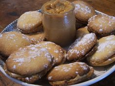 Chilean Alfajores - Recipes for South American Dessert, International Recipes is the world's largest recipe exchange group with reference articles, member-submitted recipes, a food dictionary and much Chilean Desserts, Chilean Recipes, Chilean Food, Easy Desserts, Dessert Recipes, Holi Recipes, Cookie Recipes For Kids, American Desserts, Latin Food