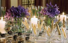 Copos de diferentes alturas e formatos acomodam, além das bebidas, os aperitivos, dispostos sobre a mesa para que os visitantes sirvam-se à vontade