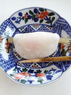 This is Japanese cake,Hanabira-Mochi.  We eat it in New Year's .