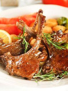 Le Costolette di agnello al vino rosso sono un secondo piatto di origine contadina saporito e aromatico. Una preparazione anche molto veloce.