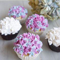 Hydrangea cupcakes 💜💙 . ホイップ絞りでアジサイ風カップケーキを作ってみました😋 . 色んな色で作ってみたくなる♪ . . #decoclaycraftacademy #decoclaycraft #claycraftbydeco #decopsgcourse #fakesweets #hydrangea #cupcakes #loveflowers #デコクレイ #decoクレイクラフト #カップケーキ #クレイスイーツ #アジサイ #花のある暮らし #習い事大阪 #パーソナルスタイルギフトコース