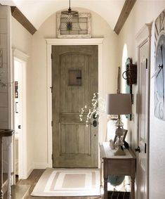 Check out this #farmhouse entryway decor idea with #rustic accents. Love it! #HomeDecorIdeas @istandarddesign
