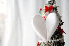 Decorazione per l'albero di Natale: cuore bianco tridimensionale  - Idea regalo per Natale di RevesCreazioni su Etsy https://www.etsy.com/it/listing/171386696/decorazione-per-lalbero-di-natale-cuore