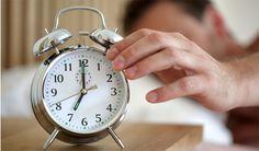 """Como conseguir acordar mais cedo?  Depois que acordamos, tomamos café e conseguimos acompanhar o ritmo do dia é fácil pensar: """"amanhã vou acordar um pouco mais cedo"""". Mas no dia seguinte, será que é possível mesmo conseguir essa proeza?"""
