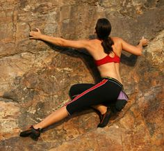 She's climbing up the cliff without safety ropes.    彼女は命綱なしで崖をよじ登っている。
