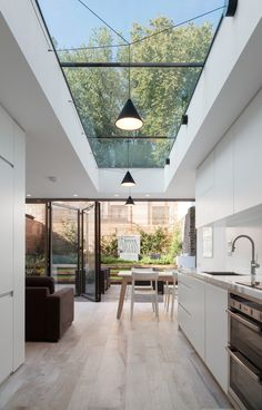 haus design Skylights are one of the best ways if you want to include outdoor shades into your home. This decoration emphasizes abundant natural lighting and allows your interior to become Küchen Design, Design Case, Design Ideas, Roof Design, Design Elements, Design Inspiration, Small Kitchen Solutions, Modern Kitchen Design, Kitchen Contemporary