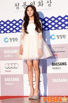 """Kim Sae Ron và Kim Yoo Jung """"đọ sắc"""" trong lễ trao giải Rồng Xanh"""