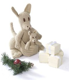 Free pattern ~ I love this.  Ravelry: Mama Kangaroo & Joey pattern