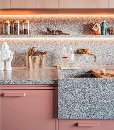 @elledecoration_nl  Interior designer Ester Bruzkus ontwierp deze toffe keuken voor haar eigen appartement.. 📸 by@bosenberg.interiorphotography #kitchen #pink #robot #interiordesign #interiordesigner #Berlin #Duitsland #EDloves