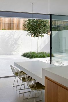 19 dining spaces you would be proud to have in your home: A dining table cantilevered from the kitchen bench top continues a theme of floating and suspension in this minimalist London home by De Matos Ryan. Kitchen Island Dining Table, Kitchen Benches, Kitchen Island With Table, Dining Room, Vogue Living, Best Dining, Minimalist Home, Minimalist Garden, Victorian Homes