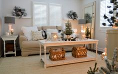 14 Wonderful Holiday Decoration for Living Room Bright And Holy 14 wonderful holiday decoration for living room bright and holy that will amek the atmosphere become awesome and quite warm too. Christmas Living Rooms, Cozy Living Rooms, Living Room Decor, Shabby Chic Kitchen, Shabby Chic Decor, Rustic Decor, Rustic Chic, Cozy Christmas, Vintage Christmas