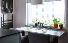 Egy étkezőasztal, két étkezőszékkel