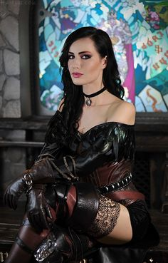cosplay yennefer qui croise les bras