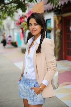 Blush silk blazer and tie dye shorts.love those shorts! It's HOW you wear it! She owns that look! Jeans Casual, Casual Chic, Look Fashion, Fashion Outfits, Womens Fashion, Spring Summer Fashion, Spring Outfits, Vogue, Spring Looks