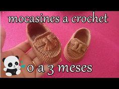 hola chicas en esta ocasion les tengo estos lindos mocasines para nuestros nenes miden 09 cm es para un bebe de 0 a 3 meses aproximadamente.... la chica que ... Crochet Baby Booties Tutorial, Booties Crochet, Crochet Bebe, Crochet For Boys, Crochet Slippers, Love Crochet, Diy Crochet, Crochet Baby Clothes, Crochet Baby Shoes