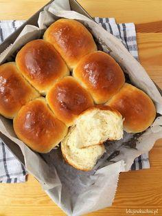 Jogurtowe bułeczki maślane przepis Bread Recipes, Cake Recipes, Cooking Recipes, Good Food, Yummy Food, Polish Recipes, Hot Dog Buns, Sweet Recipes, Food Porn