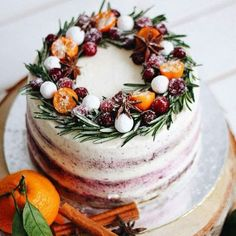 28 Weihnachten Hochzeit Kuchen Und Ihre Alternativen 28 Christmas Wedding Cakes And Their Alternatives A buttercream wedding cake with citrus, berries and evergreens is a fresh take on the traditional Christmas cake Christmas Wedding Cakes, Christmas Cake Decorations, Christmas Desserts, Christmas Baking, Christmas Treats, Cupcake Decorations, Cake Recipe For Decorating, Decorating Ideas, Bolo Cake