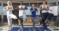 Cómo preparar una clase de yoga de un hora. Para preparar de forma adecuada una clase de yoga de una hora, debes tener primero un maestro con entrenamiento y certificación en yoga. Yoga Alliance establece los estándares para las escuelas de yoga en Estados Unidos y hace una lista con las escuelas acreditadas en su sitio web. Recuerda que las clases de yoga varían mucho en estilos y diseños. ...