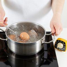 Das wichtigste Utensiel zum Eier kochen ist die Eieruhr, denn die Kochzeit bestimmt die Konsistenz von Eiweiß und Eigelb. So einfach gelingt das Frühstücksei ganz nach Ihrem Geschmack!