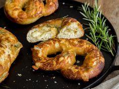 Fluffige Rosmarinbrezel mit Mozzarella und Parmesan gefüllt