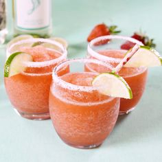 These boozy Moscato Margaritas are dangerously easy to make. #cocktails #margaritas #moscato #moscatomargaritas #easycocktails #frozendrinks #delish