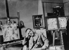 """Klee tworzył przy użyciu farb olejnych, akwareli i tuszu. Był związany z różnymi kierunkami: ekspresjonizmem, kubizmem i surrealizmem, ale jego prace trudno jednoznacznie zaklasyfikować do któregoś z tych kierunków. Jego malarstwo to przede wszystkim geometryzujące sprowadzenie przedstawienia do symbolu, rytmu i znaku. Bardziej znane prace Klee to """"Popołudniowe ogrody ( 1919)"""", """"Ad Parnassum (1932)"""","""