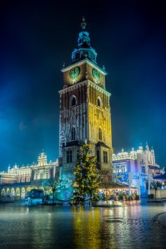 Market Square in Krakow at night - Plaza del Mercado, Cracovia Places Around The World, Around The Worlds, Beautiful World, Beautiful Places, Krakow Poland, Warsaw Poland, Poland Map, Central Europe, Dubrovnik