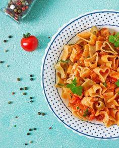 SALSA DE TOMATES PARA PASTA 🍅🍝. ¿No les pasa que tiene una pasta pero no saben con que salsa acompañarla? A continuación te presentamos una receta fácil y rápida que siempre podras tener en cuenta para realizar en momentos de apuro. Lo mejor, es que puedes añadir ingredientes que quieras y perfeccionarla a tu gusto. >>> INGREDIENTES: - 6 tomates bien maduros. - 1 cebolla. - 2 dientes de ajo. - Sal, pimienta y oregano. >> En una olla colocamos los ingredientes picados en 4 junto a la sal… Pasta Salad, Ethnic Recipes, Instagram, Garlic, Onion, Easy Recipes, Pots, Tomatoes, Stuffed Pasta
