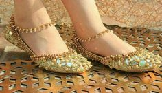 You need to choose wedding shoes that are the perfect match to your gown. Check out these tips to buy the perfect wedding shoes for your big day. Stylo Shoes, Indian Shoes, Anklet Designs, Espadrilles, Bridal Sandals, Wedding Shoes Heels, Pretty Shoes, Anklets, Fashion Boots