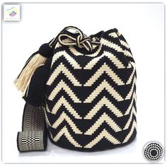 Wayuu bag single thread รุ่น Premium quality ⭕️Sold out⭕️ Wiggly Crochet, Bead Crochet, Crochet Handbags, Crochet Purses, Mochila Tutorial, Mochila Crochet, Tapestry Crochet Patterns, Tapestry Bag, Knitted Bags