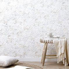 Hunt papel pintado | Reinventa el estilo floral.  Hunt wallpaper es un original papel pintado floral que combina, flores y ramas en colores beige, tierra y grises, para conseguir un efecto fresco y distintivo en tus paredes. Un estilo floral reinventado que quedará genial en tu dormitorio, salón, recibidor o donde tú elijas.  · Encolar a pared · Papel pintado semi-lavable. Se puede pasar un paño húmedo, limpio y bien escurrido, pero no aplicar ningún producto de limpieza ni frotar en él.