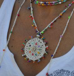Este hermoso collar fue hecho a ganchillo con cuerda encerada blanca, granos de cristal y abalorios de plata tibetanas. Pueden ser usado cerca de la nuca o más flojo, solo apretado lo quieras. El encaje es suficiente para envolver 2 veces alrededor del cuello. Cada extremo de la cadena es cerrada por con algunas perlas de vidrio, un tapón de grano de plata adornado y un grano de semilla de acai blanco. It´s uno de un tipo y se ven muy bien en verano o en invierno. Este collar de ganchillo es…