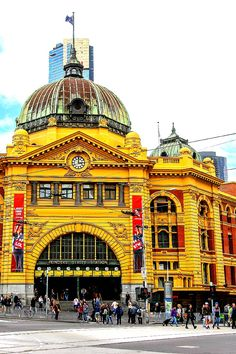 Flinders Street Station - Great tips inside on what to do in Melbourne, Australia Perth, Brisbane, Melbourne Australia, Australia Travel, Best Beaches To Visit, Places To Visit, Oh The Places You'll Go, Places To Travel, Travel Destinations
